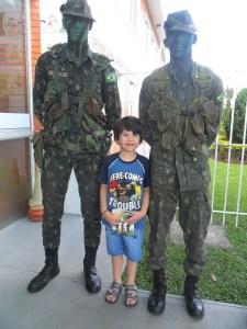 Soldados do Exército e Cauã Fontana
